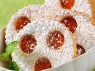 Вкусни линцерови сладки с конфитюр от кайсии